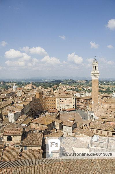Blick auf die Piazza del Campo und dem Palazzo Pubblico mit dem erstaunlichen Glockenturm  Siena  UNESCO Weltkulturerbe  Toskana  Italien  Europa