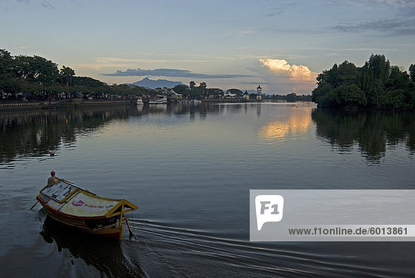 Sampan Fähre am Sarawak River im Zentrum von Kuching Stadt bei Sonnenuntergang  Sarawak  Malaysia Borneo  Malaysia  Südostasien  Asien