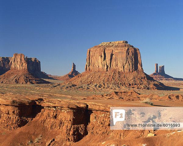 Wüste Landschaft mit Felsformationen in Monument Valley  Arizona  Vereinigte Staaten von Amerika  Nordamerika