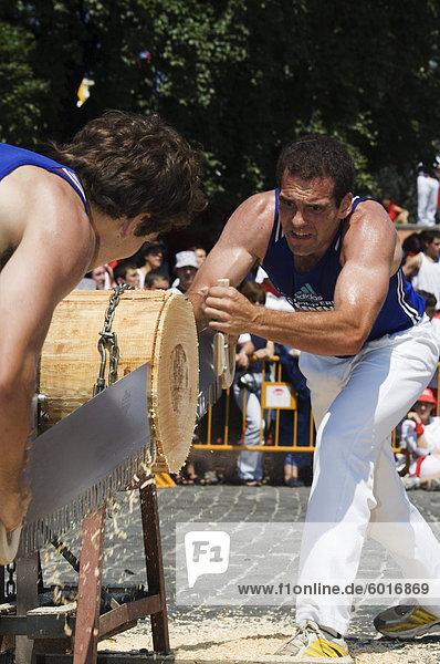 Melden Sie sich schneiden starker Mann Wettbewerb  während San Fermin  ausgeführt von den Bullen Festival  Pamplona  Navarra  Baskenland  Spanien  Europa