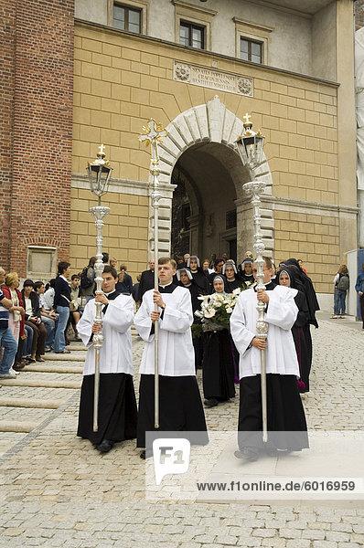 Trauerzug kommen durch eins der wichtigsten Tore zu Wawel Schloss und Kathedrale  Krakow (Krakau)  UNESCO World Heritage Site  Polen  Europa