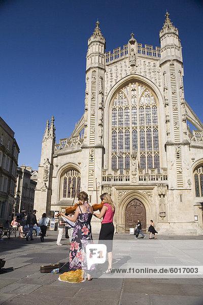 Straßenkünstler vor Bath Abbey  Bad  Avon  England  Vereinigtes Königreich  Europa