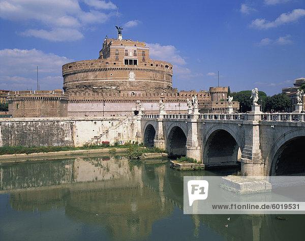 Die Ponte S Angelo über den Fluss Tevere und das Castel S Angelo in Rom  Lazio  Italien  Europa