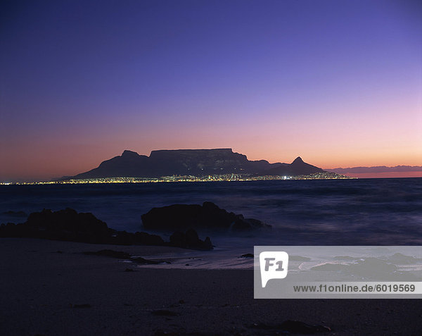 Tabelle Berg bei Dämmerung  Kapstadt  Südafrika  Afrika
