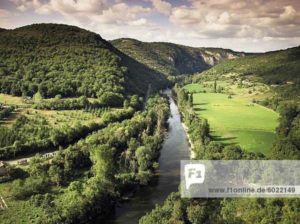 Fluss Aveyron in der Nähe von St. Antonin Noble Val  Midi-Pyrenees  Frankreich  Europa