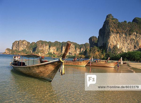 Longtail-Boote vertäut am Railay Beach  Krabi  Thailand  Südostasien  Asien