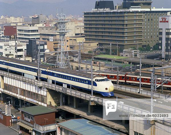 Der Hochgeschwindigkeitszug übergeben das Grand Hotel in Kyoto  Japan  Asien