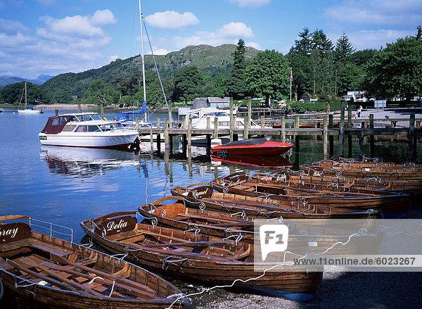 Ruderboote  Waterhead  Ambleside  Lake Windermere  Lake District  Cumbria  England  Vereinigtes Königreich  Europa