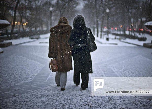 Zwei Frauen im Schnee  Moskau  Russland  Europa