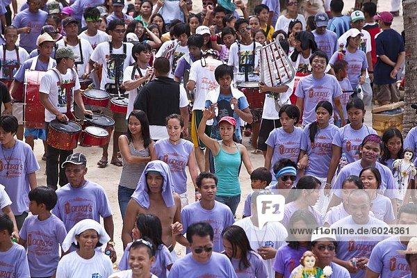 Umzug entlang White Beach während der Ati-Atihan Festival  ein jährliches fest zu Ehren der Santo Nino  Boracay  Aklan  Philippinen  Südostasien  Asien