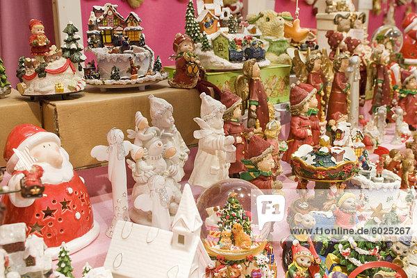 Weihnachtsschmuck Abwürgen  Christkindlmarkt (Weihnachtsmarkt) am Rathausplatz  Innere Stadt  Wien  Österreich  Europa Weihnachtsschmuck Abwürgen, Christkindlmarkt (Weihnachtsmarkt) am Rathausplatz, Innere Stadt, Wien, Österreich, Europa
