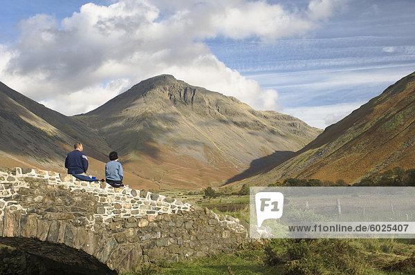 Zwei Wanderer ruht  mit Blick auf Great Gable 2949ft  Wasdale Valley  Lake District-Nationalpark  Cumbria  England  Vereinigtes Königreich  Europa