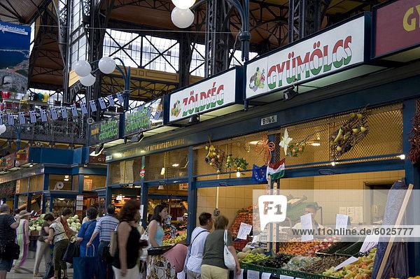 Käufer in den Markt in der großen Halle  Budapest  Ungarn  Europa