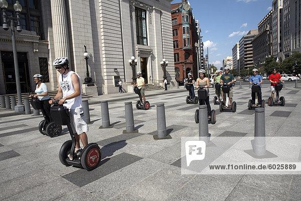 Menschen fahren mit dem Segway Personal Transporter in Washington  d.c.  Vereinigte Staaten von Amerika  Nordamerika