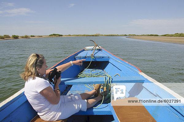 Tourist-Vogelbeobachtung vom Piroge oder Fischerboot auf den Backwaters Sine-Saloum Delta  Senegal  Westafrika  Afrika