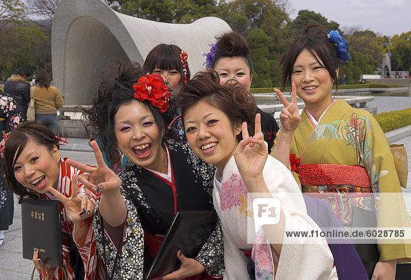 Gruppe von weiblichen Studenten in Kimonos lachend in die Kamera  Kenotaph  Friedenspark für Atombombe 1945  Hiroshima  Honshu  Japan  Asien