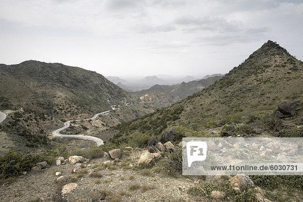 Die Sheekh Berge und die Burao Berbera Straße  führt von der zentralen Hochebene hinunter die Küstenebene  Somaliland  Nordsomalia  Afrika