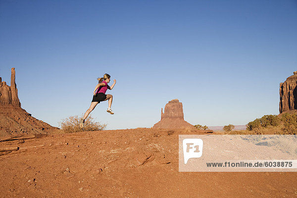 Frau  jogging  Monument Valley Navajo Tribal Park  Utah Arizona Grenze  Vereinigte Staaten von Amerika  Nordamerika