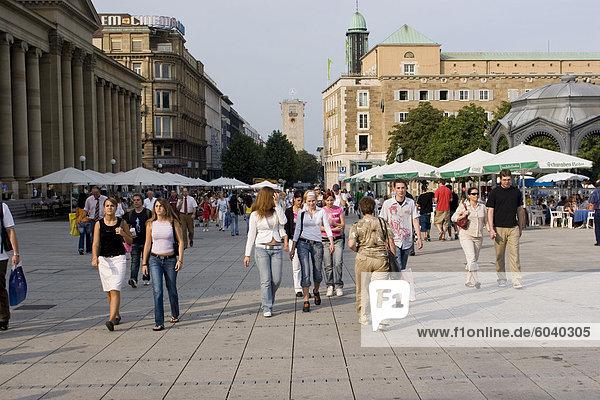 Menschen gehen an Einkaufsstraße Königstraße (King Street)  pedestrianised  Stuttgart  Baden Württemberg  Deutschland  Europa