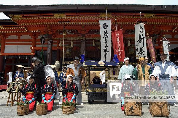 Traditionelle Kleidung und Prozession für Tee-Zeremonie  Yasaka Jinja Schrein  Kyoto  Honshu Insel  Japan  Asien