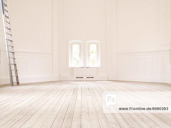 Leiter im inneren leere weiße Zimmer