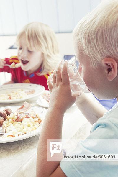 Zwei jungen Essen Mittagessen