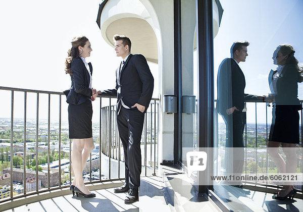 Geschäftliches Paar steht auf Balkon