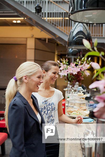 Porträt der jungen Frauen Lachen im café
