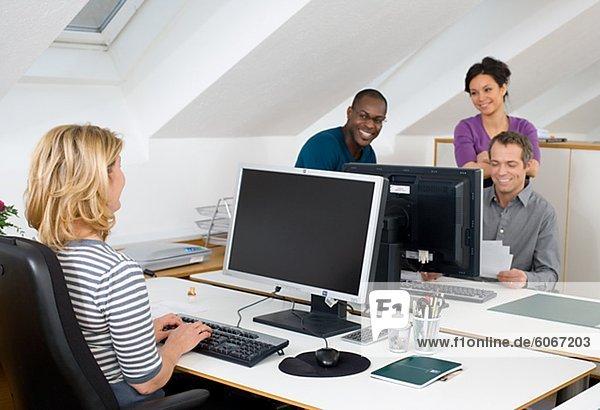 Kollegen zusammen im Büro