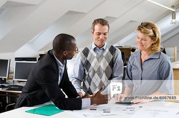 Geschäftsmann und Geschäftsfrau arbeiten mit Laptop