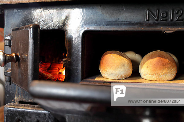 Brot backen backend backt Ofen