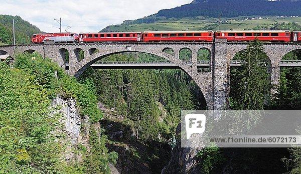 Rhätische Bahn überquert ein Viadukt  Chur  Schweiz