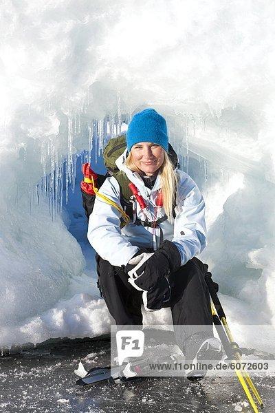 Frau sitzt auf Eis  Lächeln  Porträt