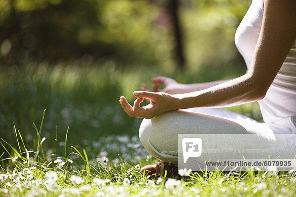 Eine junge Frau  meditieren draußen  Nahaufnahme der Hände