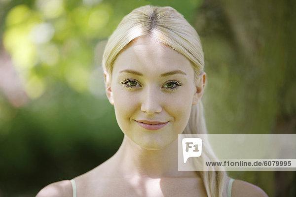 Ein Porträt einer jungen blonde Frau  lächelnd
