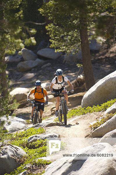 Frau  Berg  Mann  folgen  radfahren  Nevada  Lake Tahoe