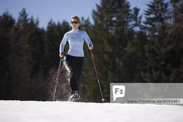nahe  Frau  rennen  jung  Schneeschuh  Kapuze  Oregon  Schnee