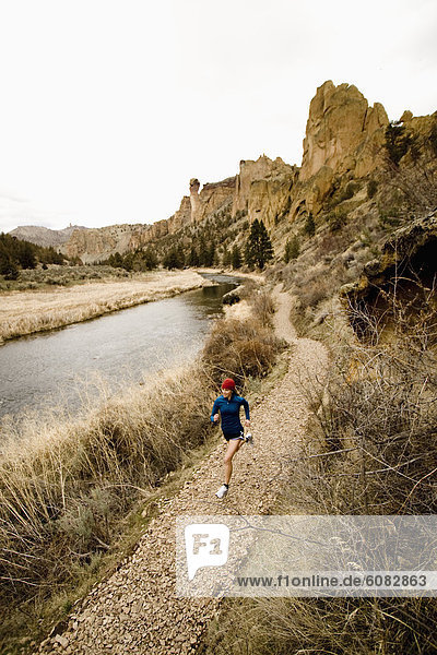 nahe  Farbaufnahme  Farbe  Helligkeit  Frau  Fluss  joggen