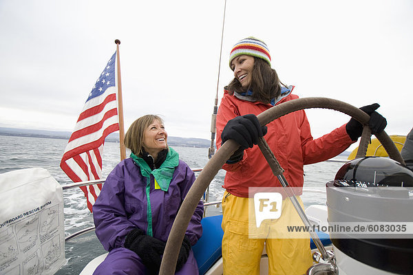 Segeln  Frau  Tag  Wolke  lächeln  steuern  Tretboot  2  Fahrgestell