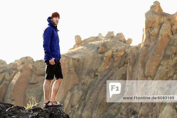 Felsbrocken  stehend  Mann  Ecke  Ecken  Steilküste  Jacke  blau  Oregon