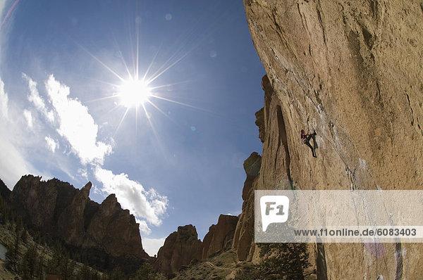 Vereinigte Staaten von Amerika  USA  Felsbrocken  Helligkeit  Mann  unterhalb  klettern  Oregon  Sonne