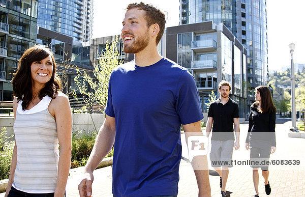 Zusammenhalt  4  Freundschaft  Tag  lachen  gehen  Großstadt  Sonnenlicht