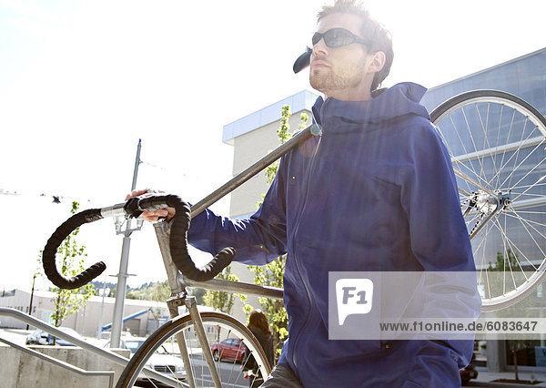 Mann  tragen  Großstadt  jung  Sonnenenergie  Fahrrad  Rad  Schlaghose