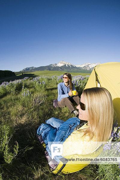 sitzend  Frau  Fröhlichkeit  Blume  camping  Feld  Ansicht  2  Colorado  Telluride