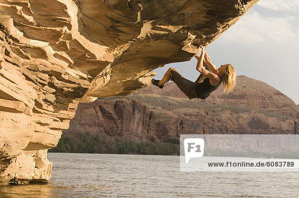 Felsbrocken  Außenaufnahme  Frau  über  Fluss  Freeclimbing  Colorado  Moab  überhängen  Sandstein  Utah