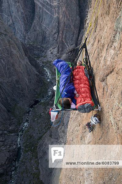 Felsbrocken  Hochformat  Frau  Mann  schlafen  klettern  Colorado