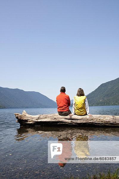 sitzend  Zusammenhalt  See  reifer Erwachsene  reife Erwachsene  Mittelpunkt