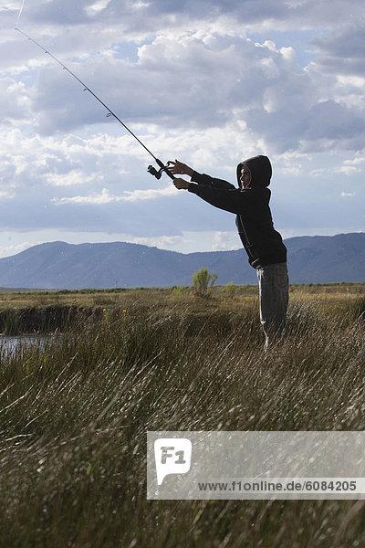 Berg  Junge - Person  Hintergrund  Fluss  angeln  Forelle  Sonne