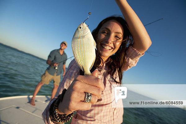 hoch  oben  Fisch  Pisces  Frau  halten  lächeln  klein  Florida