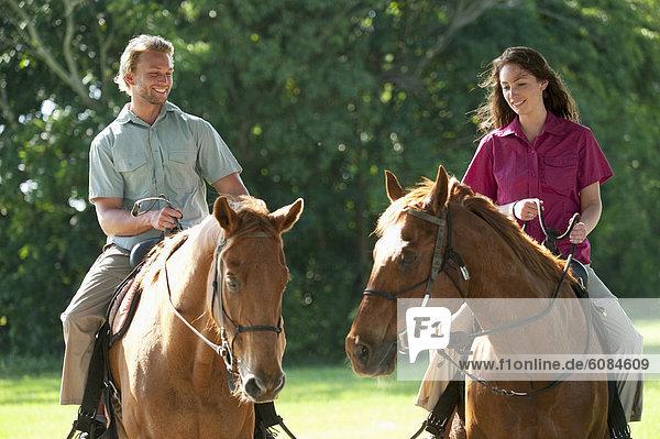 Frau  Mann  fahren  reiten - Pferd  Florida  mitfahren